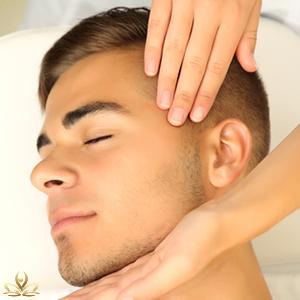 Hlava muže a ruce masérky při masáž