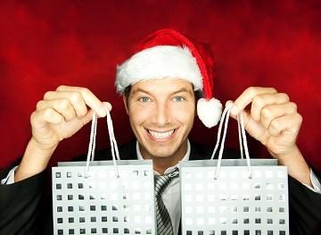 Muž s vánoční čepicí a dárky.